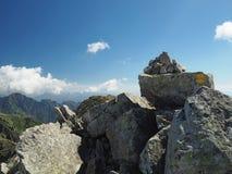 Il giallo del cairn del paesaggio di viaggio della montagna ha segnato il percorso, mucchio di pietra immagini stock
