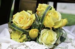 Il giallo fiorisce la disposizione del mazzo per la decorazione Fotografia Stock Libera da Diritti