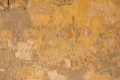 Il giallo stagionato ha dipinto il fondo della parete, parzialmente sbiadito Fotografia Stock Libera da Diritti