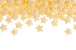 Il giallo stars i fiocchi di mais isolati su fondo bianco, struttura decorativa con lo spazio della copia Struttura dei cereali Fotografia Stock