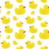 Il giallo sveglio ducks il modello senza cuciture di vettore su fondo bianco Fotografie Stock Libere da Diritti