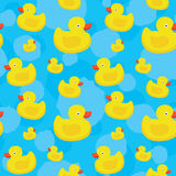 Il giallo sveglio ducks il modello senza cuciture di vettore su fondo blu Immagine Stock Libera da Diritti