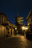 Il Giappone Kyoto - pagoda di Yasaka e via di Sannen Zaka nella notte Fotografia Stock