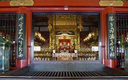 Il Giappone, l'altare dentro la costruzione principale del tempio buddista di Asakusa Kannon a Tokyo Fotografie Stock