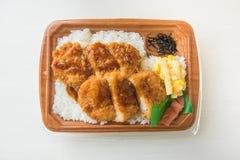 Il giapponese ha fritto nel grasso bollente la carne di maiale o il tonkatsu con riso, le patatine fritte ed il cereale Fotografie Stock Libere da Diritti