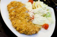 Il giapponese ha impanato la cotoletta fritta nel grasso bollente del porco Immagine Stock