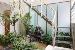 Il giardinaggio in una casa Fotografia Stock