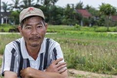 Il giardiniere vietnamita esamina la macchina fotografica Fotografia Stock