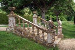 Il giardino decorativo fa un passo con una balaustra, le urne, & i globi Fotografie Stock Libere da Diritti