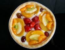 Il giardino dell'estate fruttifica in un dessert lustrato dolce della torta crema immagini stock