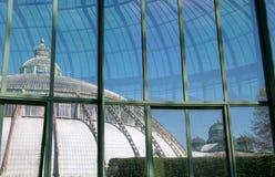 Il giardino di inverno con la corona sulla cima, parte delle serre reali a Laeken, Bruxelles, Belgio immagine stock