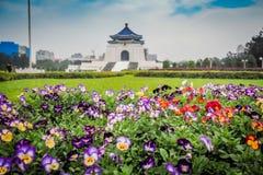Il giardino floreale variopinto con il parco commemorativo nel fondo Fotografia Stock