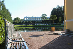 Il giardino soleggiato dell'estate con il lago ed il banco classico nella Catherine parcheggiano, Pushkin, St Petersburg Fotografia Stock