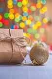 il giftbox di carta d'annata e l'oro hanno colorato la palla di natale sull'vago su Fotografia Stock Libera da Diritti