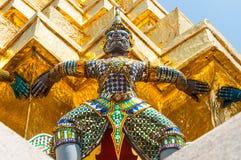 Il gigante alza il Pagoda dorato a Wat Pra Kaew. Immagini Stock Libere da Diritti