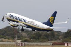 Il gigante a basso costo Ryanair 737 sopra decolla Fotografia Stock Libera da Diritti