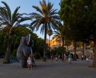 Il gigante ha farcito la koala con i bambini in Palma de Mallorca del centro storica immagini stock