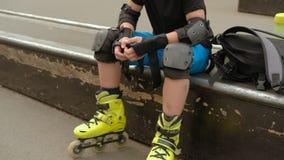 Il ginocchio traumatico della sicurezza di sport ricopre i cuscinetti di gomito del polso archivi video