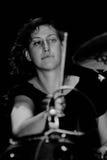 Il giocatore dei tamburi di Vivian Girls (banda) esegue a KGB Fotografie Stock