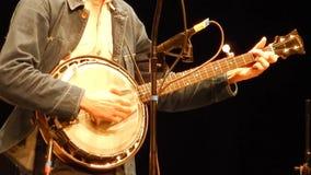 Il giocatore del banjo passa il banjo - fase della montagna del ` s di NPR stock footage