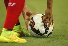 Il giocatore del Siviglia FC che prepara lanciare dà dei calci a fuori Fotografia Stock