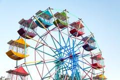 Il giocatore della ruota panoramica del divertimento scherza con cielo blu Immagini Stock