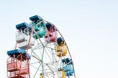 Il giocatore della ruota panoramica del divertimento scherza con cielo blu Fotografia Stock Libera da Diritti