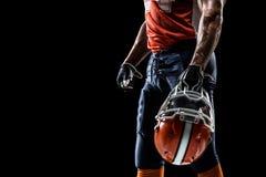 Il giocatore dello sportivo di football americano è isolato sopra Fotografie Stock