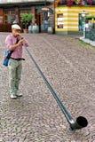 Il giocatore di Alphorn intrattiene la gente al ristorante in Ascona Fotografia Stock Libera da Diritti