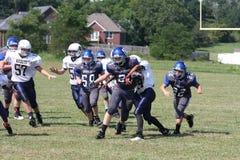 Il giocatore di football americano della scuola secondaria spoglia la palla Fotografia Stock Libera da Diritti