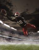 Il giocatore di football americano nell'azione immagini stock