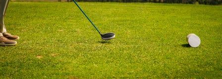 Il giocatore di golf allinea il suo driver Fotografia Stock