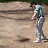 Il giocatore di golf colpisce la sua sfera di golf Immagine Stock Libera da Diritti