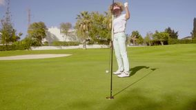 Il giocatore di golf della giovane donna che prepara affondarla ha messo archivi video