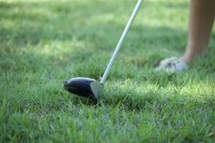 Il giocatore di golf di signora sta giocando il golf fotografia stock libera da diritti