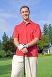 Il giocatore di golf sorride per la macchina fotografica - verticale immagine stock libera da diritti