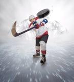 Il giocatore di hockey dà il passaggio potente fotografia stock