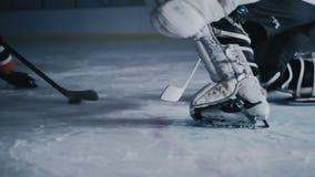 Il giocatore di hockey segna uno scopo nel primo piano del portone video d archivio