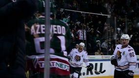 Il giocatore di hockey spara emozionalmente gli abbracci del gruppo di scopo sull'arena del ghiaccio video d archivio