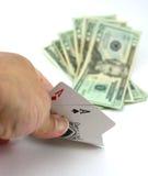 Il giocatore di mazza osserva gli assi di accoppiamenti della casella, scommessa dei contanti Fotografie Stock