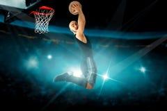 Il giocatore di pallacanestro concentrato in jersey nero fa lo sla inverso Fotografie Stock