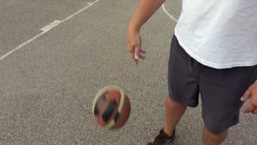 Il giocatore di pallacanestro gocciola la palla archivi video