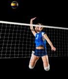 Il giocatore di pallavolo della ragazza ha isolato il ver con la palla e la rete Fotografia Stock Libera da Diritti