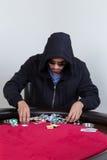 Il giocatore di poker rastrella ed impila i chip Fotografia Stock Libera da Diritti