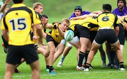 Il giocatore di rugby passa la palla al suo compagno del gruppo Fotografie Stock