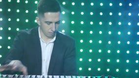 Il giocatore di tastiera gioca il sintetizzatore nel club video d archivio