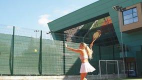 Il giocatore femminile avanzato restituisce una palla durante il secondo insieme della tazza internazionale video d archivio
