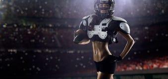 Il giocatore femminile di football americano sta posando immagini stock libere da diritti