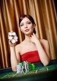 Il giocatore femminile tiene i chip disponibili Fotografie Stock Libere da Diritti
