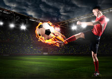il giocatore sta dando dei calci alla palla Immagini Stock